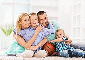 Adoptaram família desfrutar em casa.