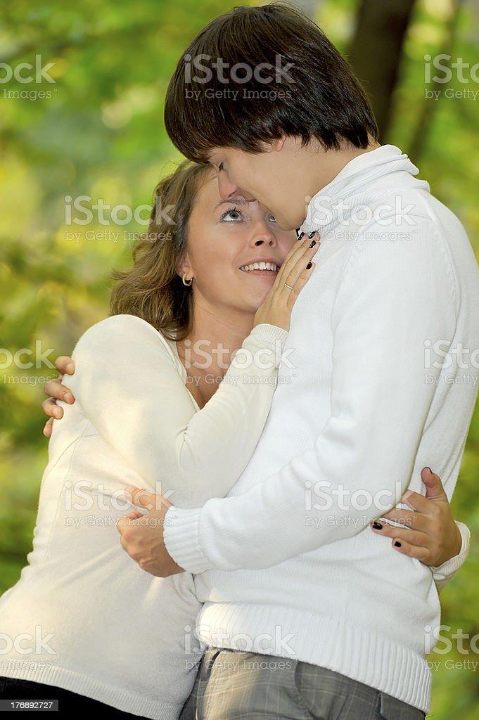 couple embrassant dans le parc photo libre de droits