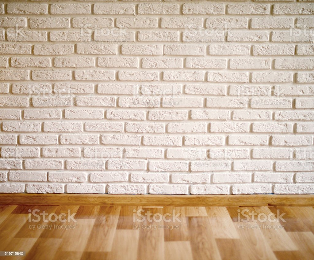 habitacin vaca con piso laminado de madera y muro de ladrillos foto de stock libre de