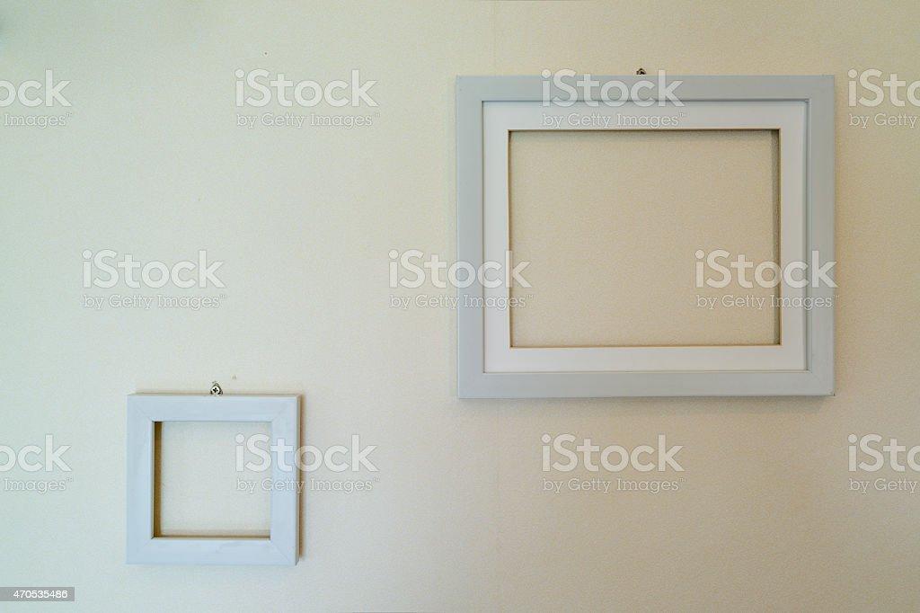 Cadres vides en bois fixé au mur photo libre de droits