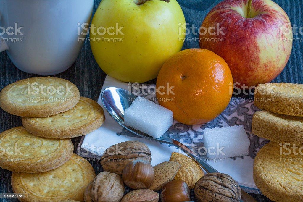 Encas avec gateaux secs, galettes bretonnes et fruits stock photo