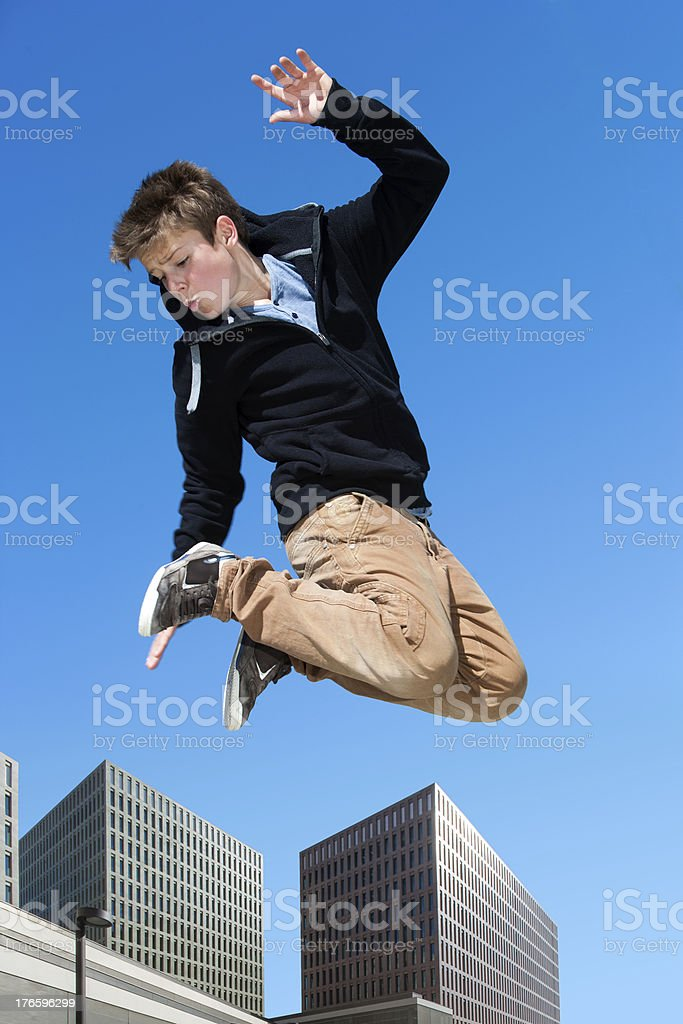 Dynamique garçon sauter dans la ville. photo libre de droits