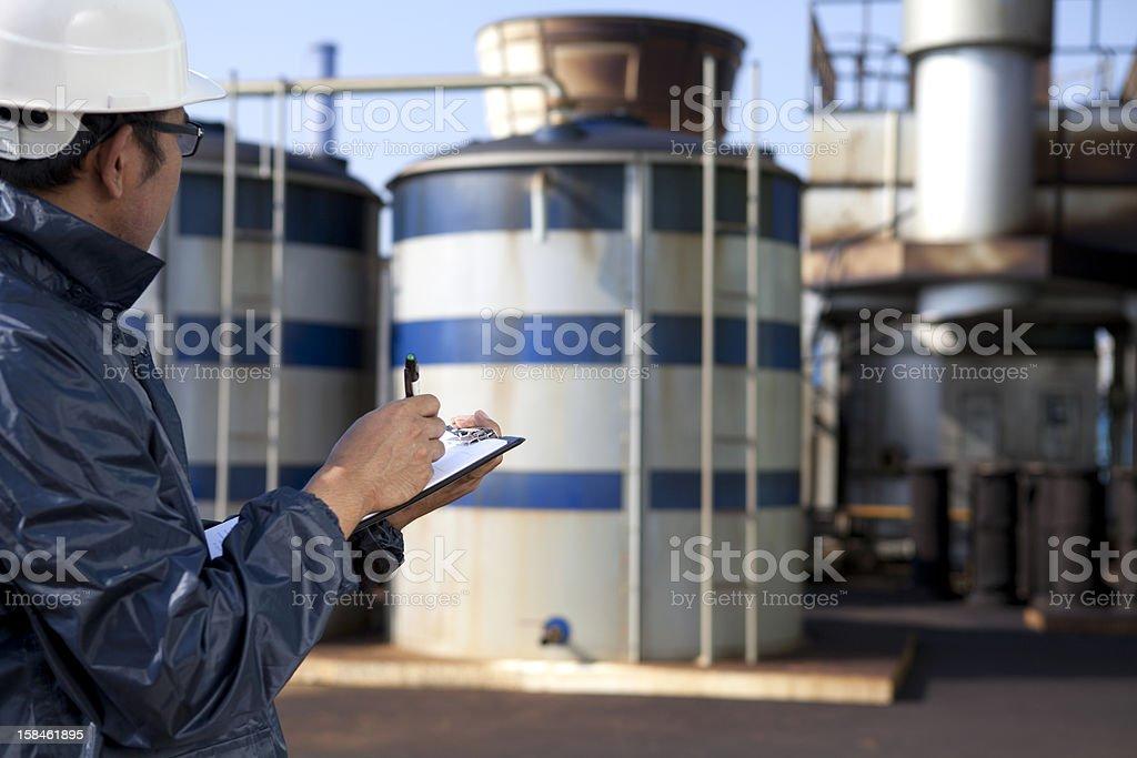 Ingenieur cheking plant Lizenzfreies stock-foto
