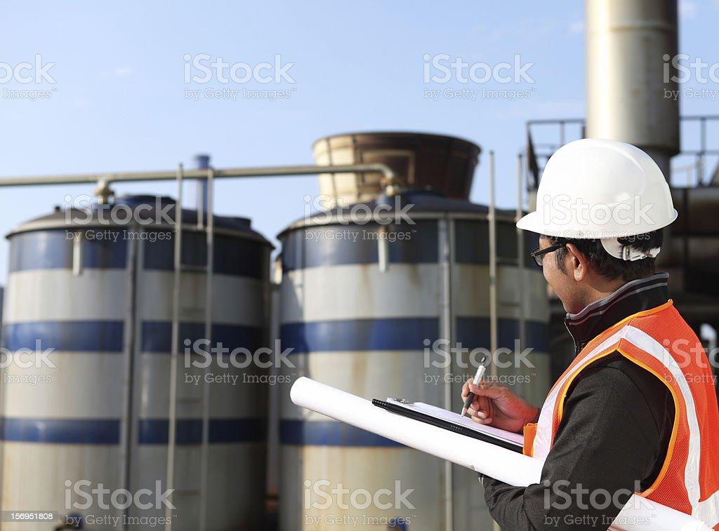 Ingenieur in Öl Raffinerie Lizenzfreies stock-foto