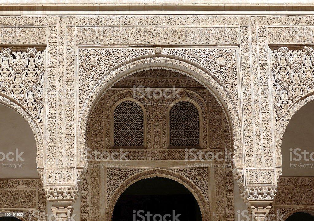 Graviertes Bögen und Fenster. Islamische Kunst. Alhambra Lizenzfreies stock-foto