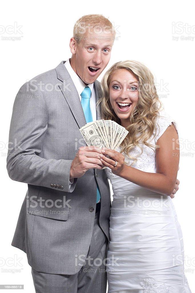 Begeisterte Braut und Bräutigam auf weißem Hintergrund Holding Geld – Foto