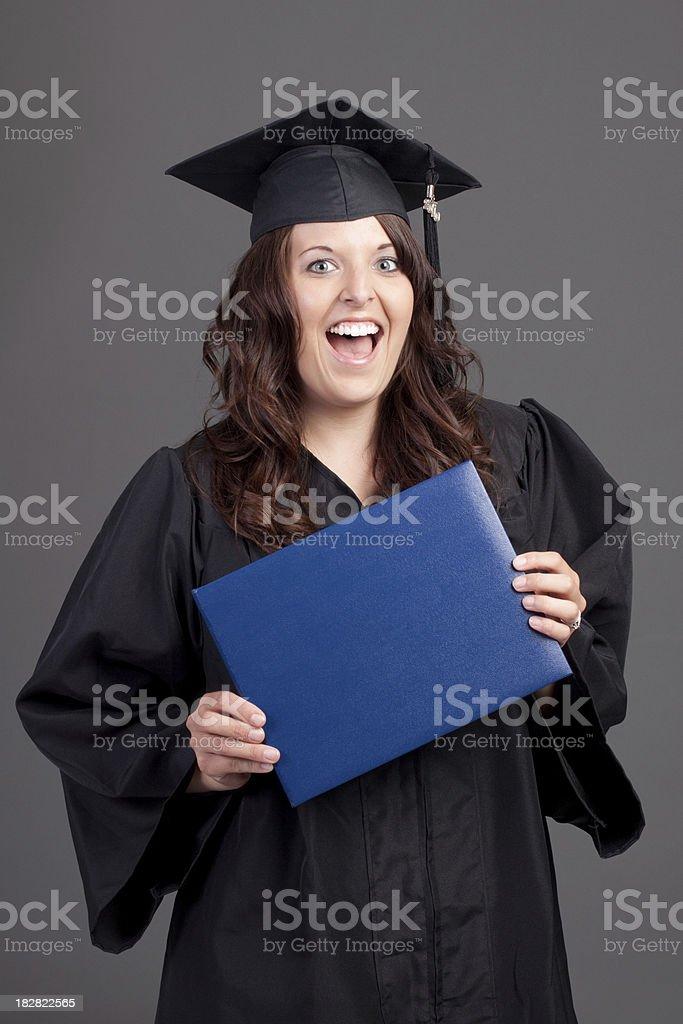 Enthusiastische Junge Frau Studium in Cap und Robe – Foto