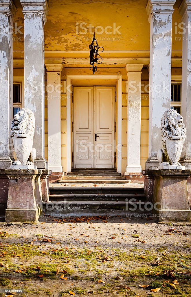 Eingang zum zerstört palace. HDR-Foto Lizenzfreies stock-foto