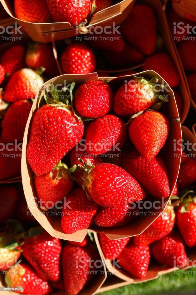 Erdbeeren auf einem Marktstand stock photo