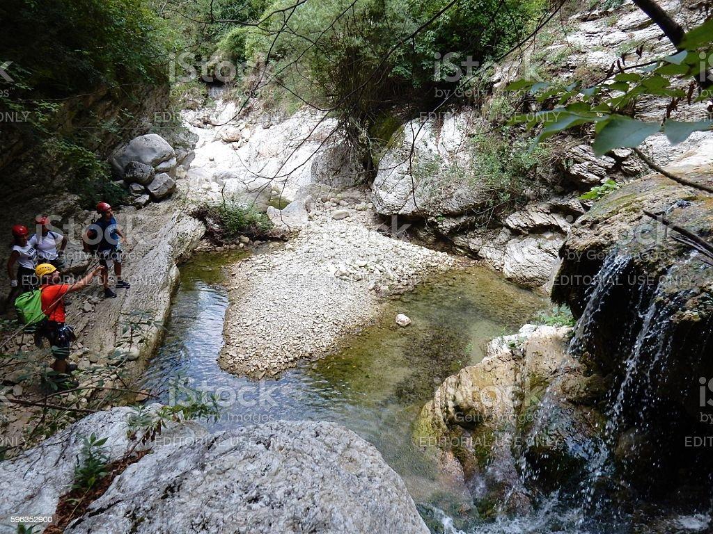 Escursionisti in gola stock photo