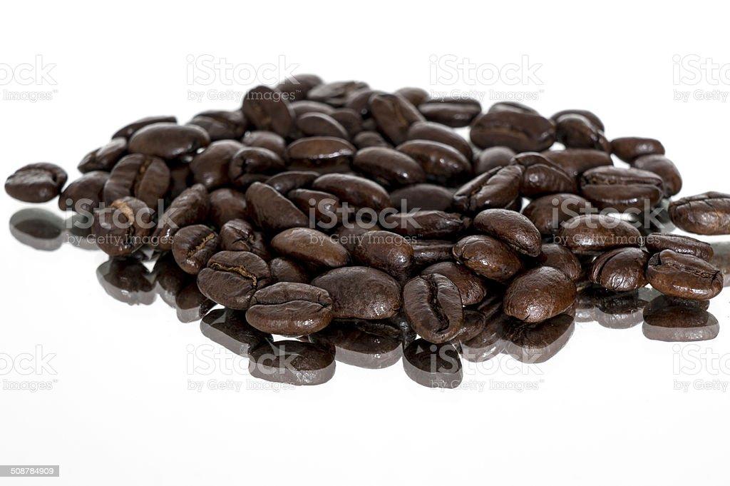 Espresso arrosto di Chicco di caffè su base specchio foto stock royalty-free