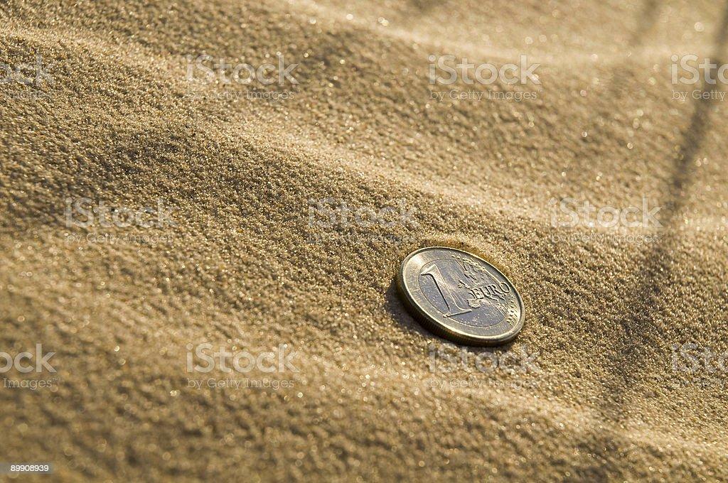Евро монеты на пляже Стоковые фото Стоковая фотография