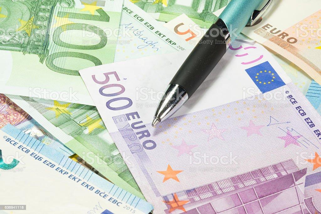Euro Geldscheine und ein Stift stock photo