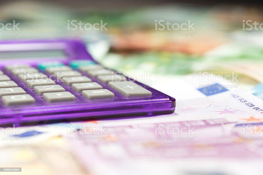 Euro Geldscheine und Taschenrechner stock photo
