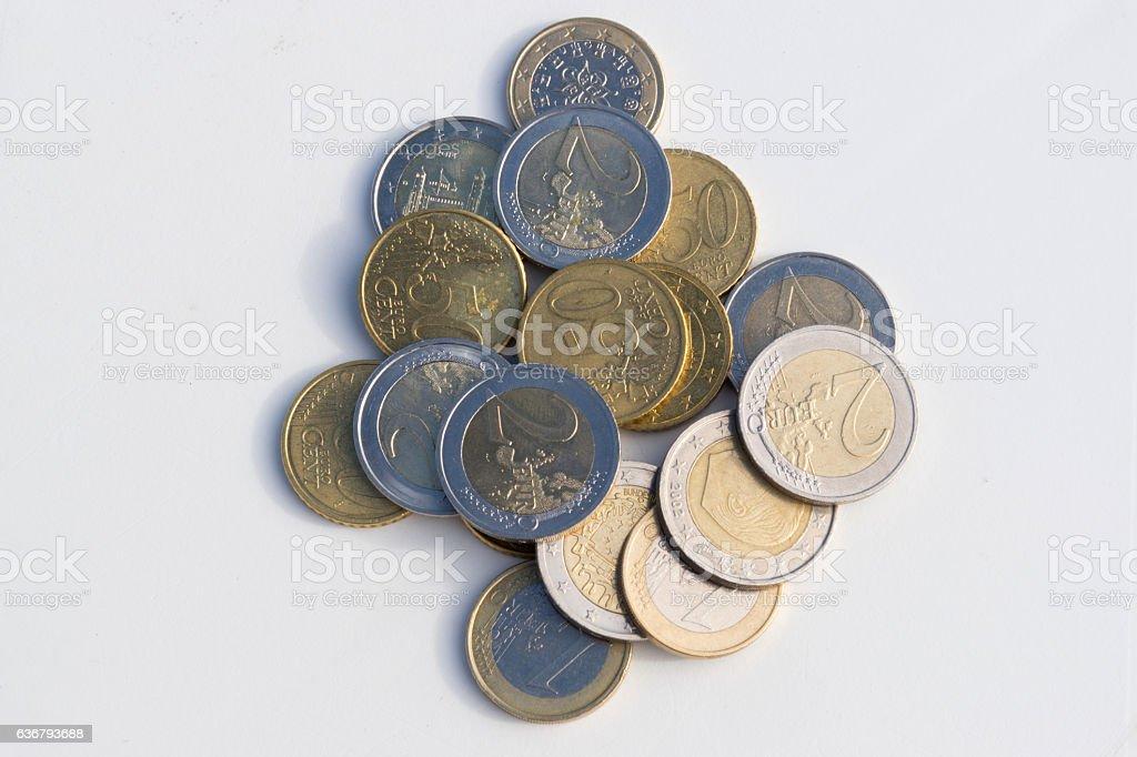 Euro Münzen auf einem Tisch stock photo