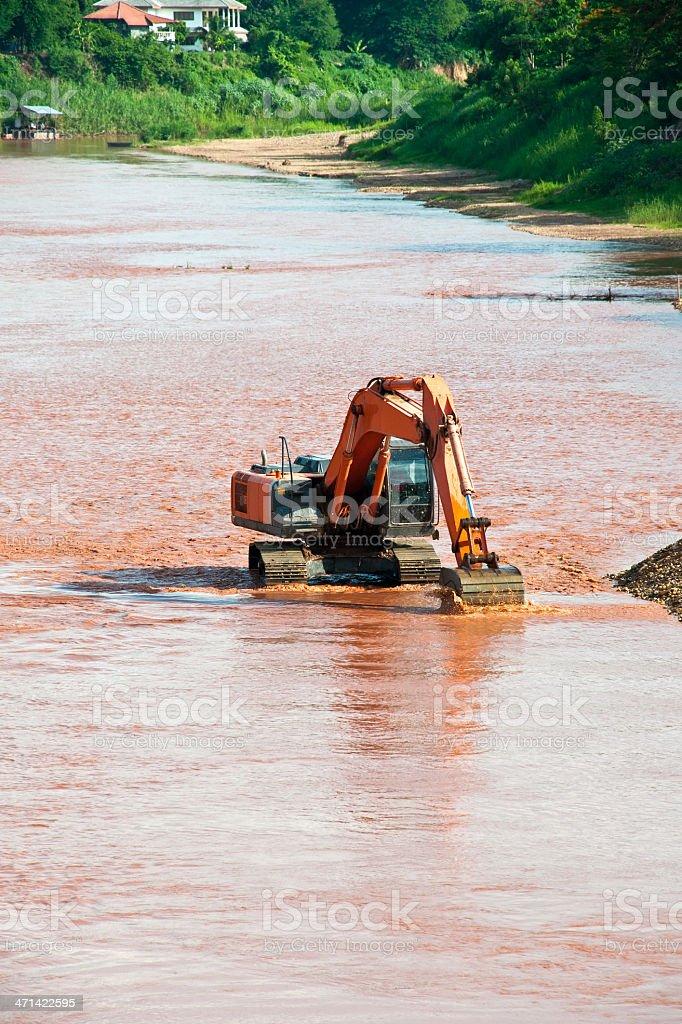 Excavator loader na rzekę z podniesione Wiadro zbiór zdjęć royalty-free