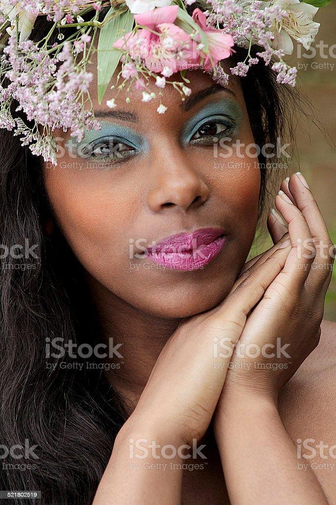 Esotica giovane donna con fiori tra i capelli foto stock royalty-free