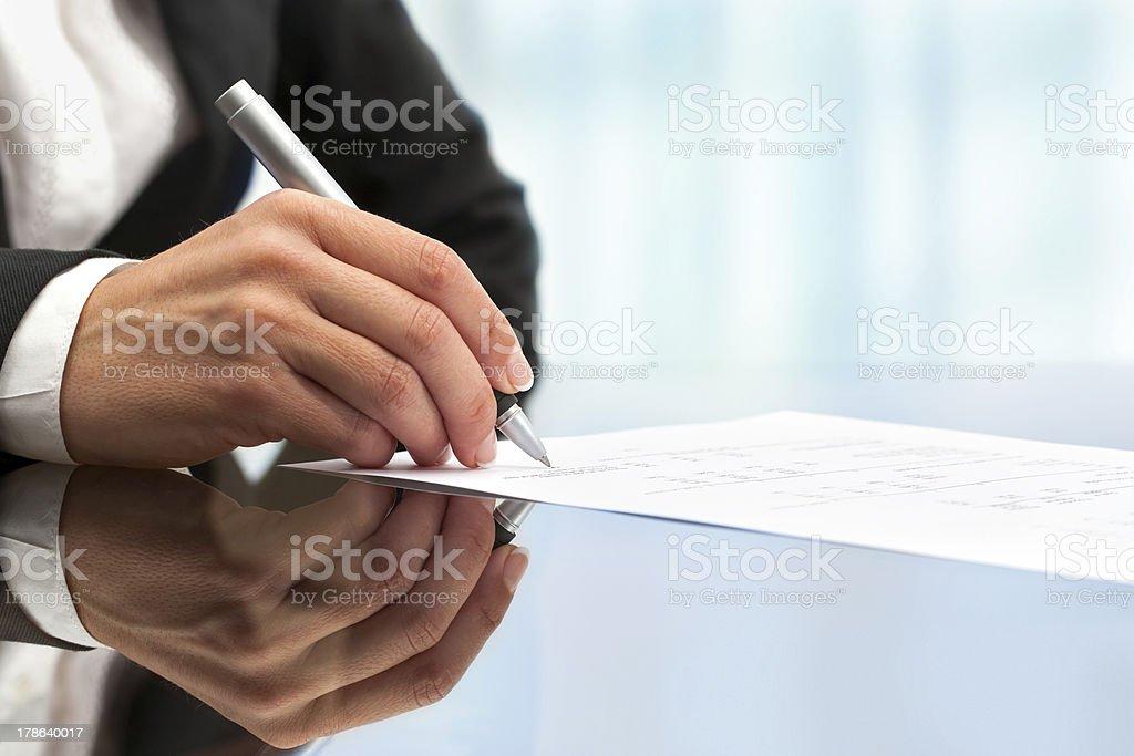Gros plan extrême de main féminin signature de document photo libre de droits