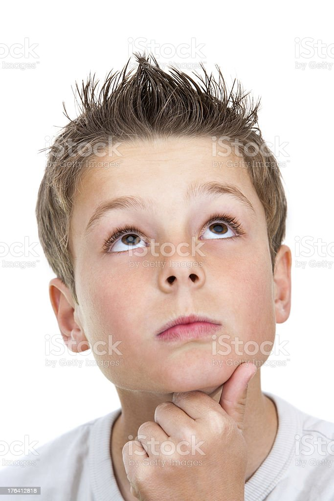 Plan du visage de garçon à la recherche. photo libre de droits