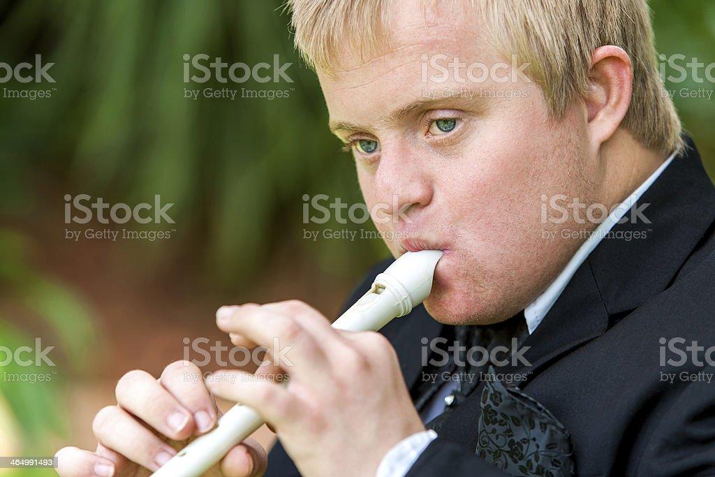 Plan du visage de garçon jouant la flûte personnes à mobilité réduite. photo libre de droits