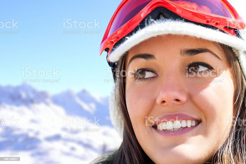 Photo de visage de femme de ski dans les montagnes. photo libre de droits