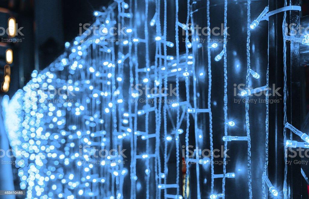 Волшебный голубой свет на темном фоне. Декоративные гирлянда Стоковые фото Стоковая фотография