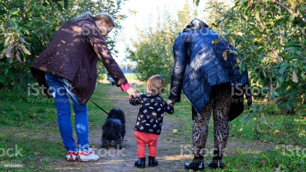Familie verbringt gemeinsame Zeit mit dem Kind stock photo