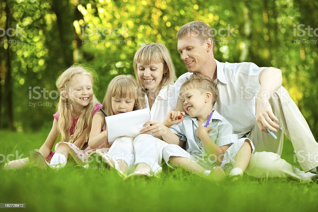 Family drawing picture in park royalty-free stock photo