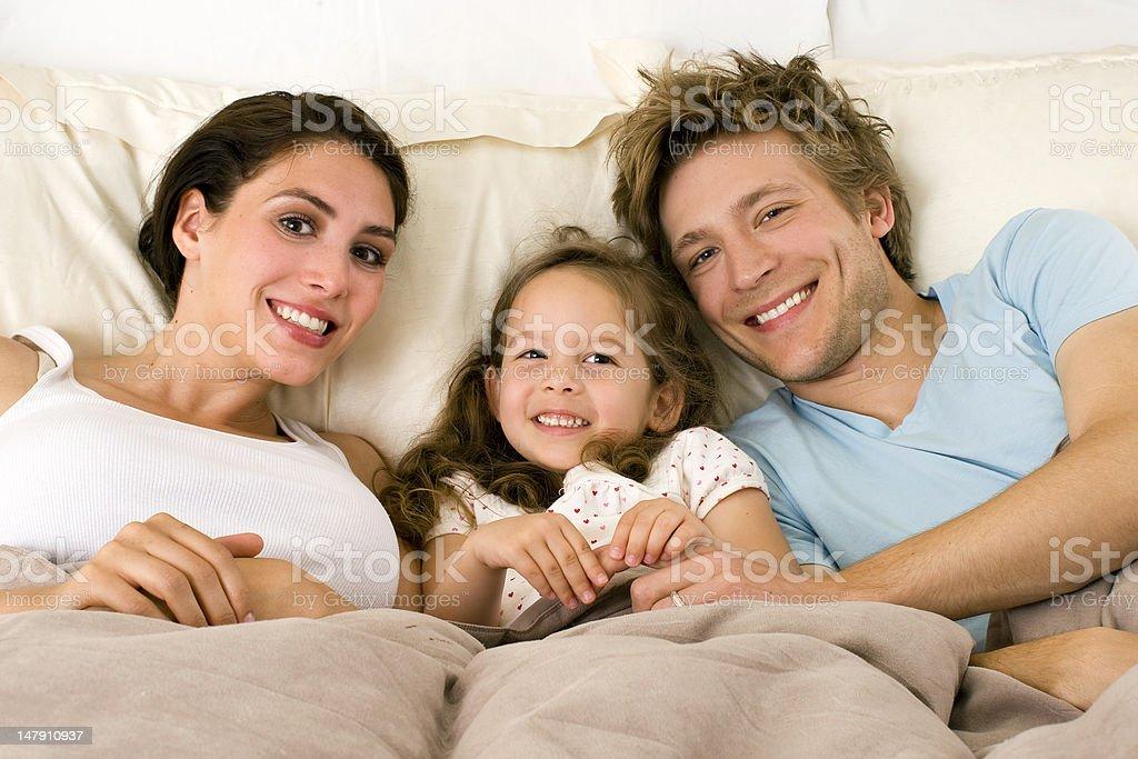 Familia en la cama foto de stock libre de derechos