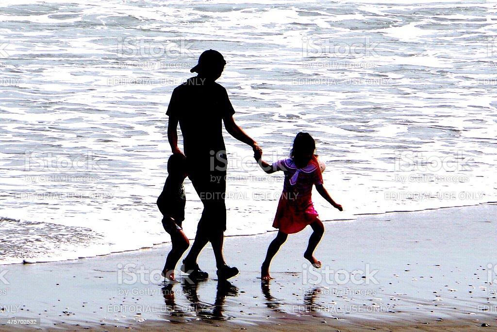 Familia en la playa foto de stock libre de derechos