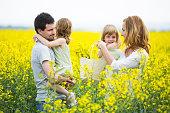 Famille avec deux filles debout dans le viol field