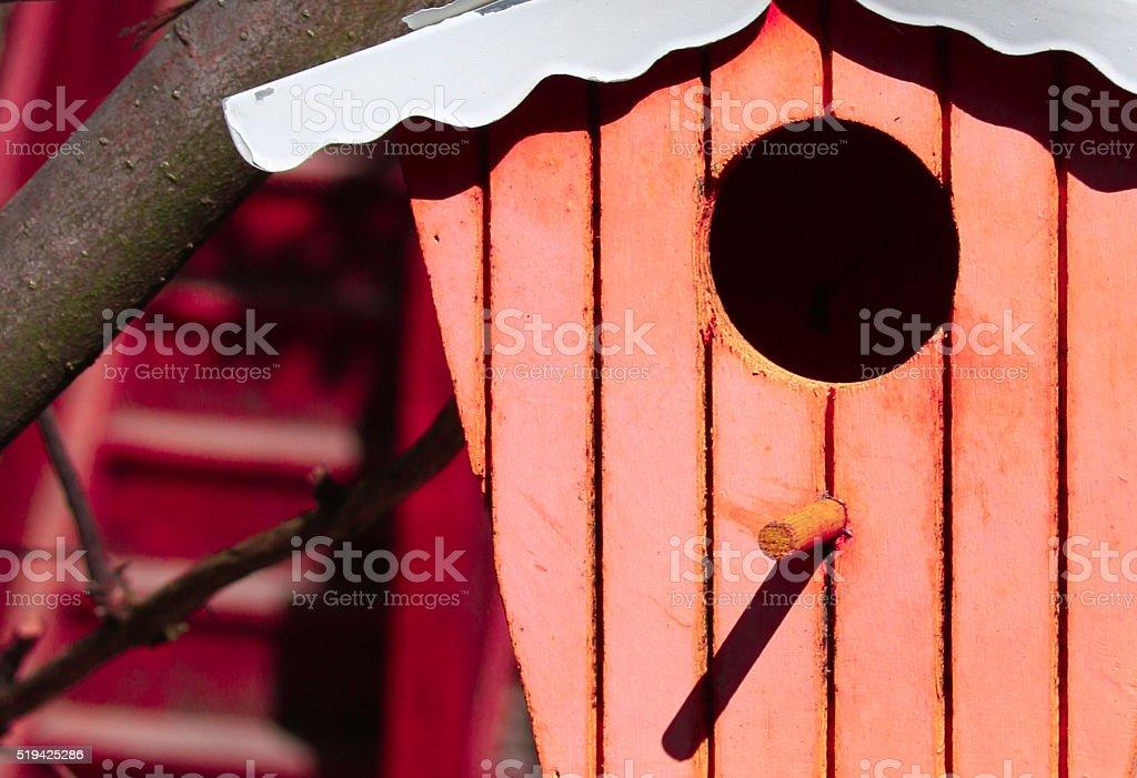farbiges Vogelhäuschen im Garten stock photo