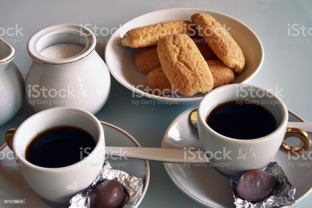 fare colazione in casa con caffè, latte e biscotti stock photo