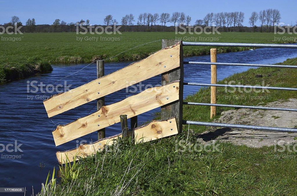 農家が行われ、新しいボードをフェンスます。 ロイヤリティフリーストックフォト