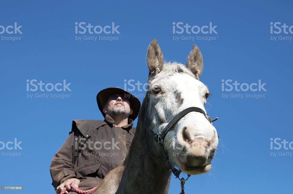 Farmer caballo de equitación foto de stock libre de derechos