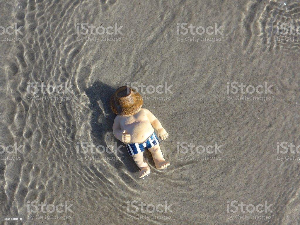 """Fat man se encuentra en la playa – """"Bild foto de stock libre de derechos"""