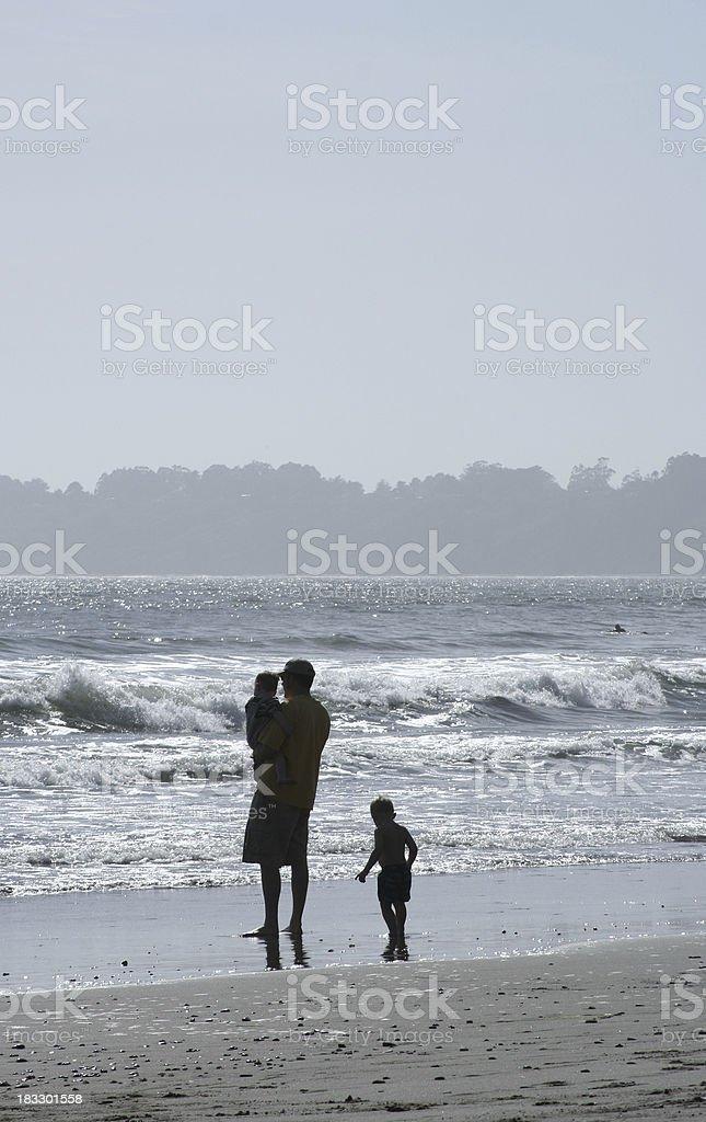 Père et son fils, au bord de la plage photo libre de droits