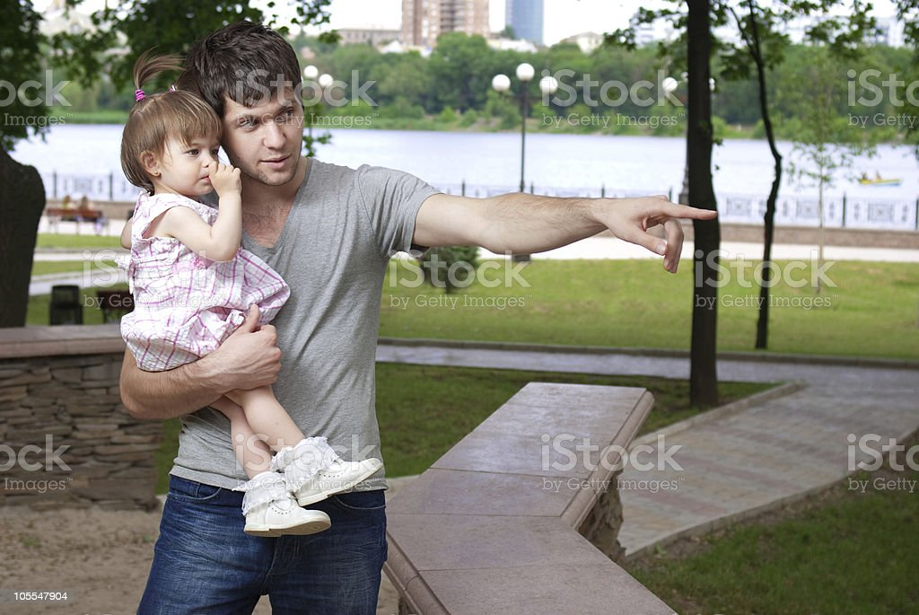 Padre e hija caminando en el parque little foto de stock libre de derechos