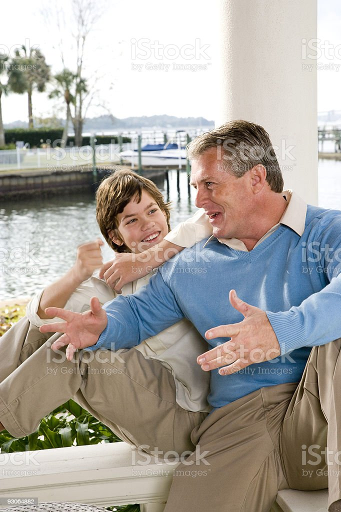 Padre y adolescente son charlar de juntos foto de stock libre de derechos
