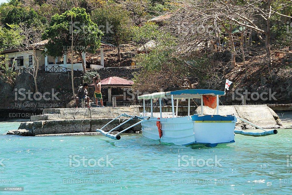 Padre e figlio in attesa dal molo di cento Isole foto stock royalty-free