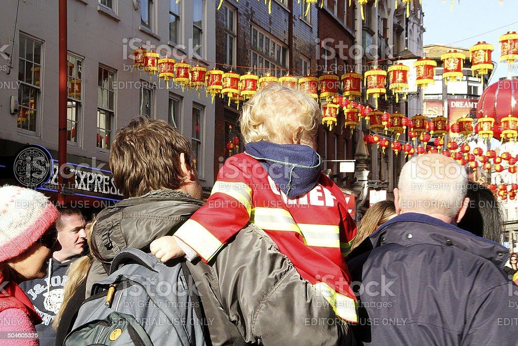 Padre portare Suo figlio in Cina città foto stock royalty-free