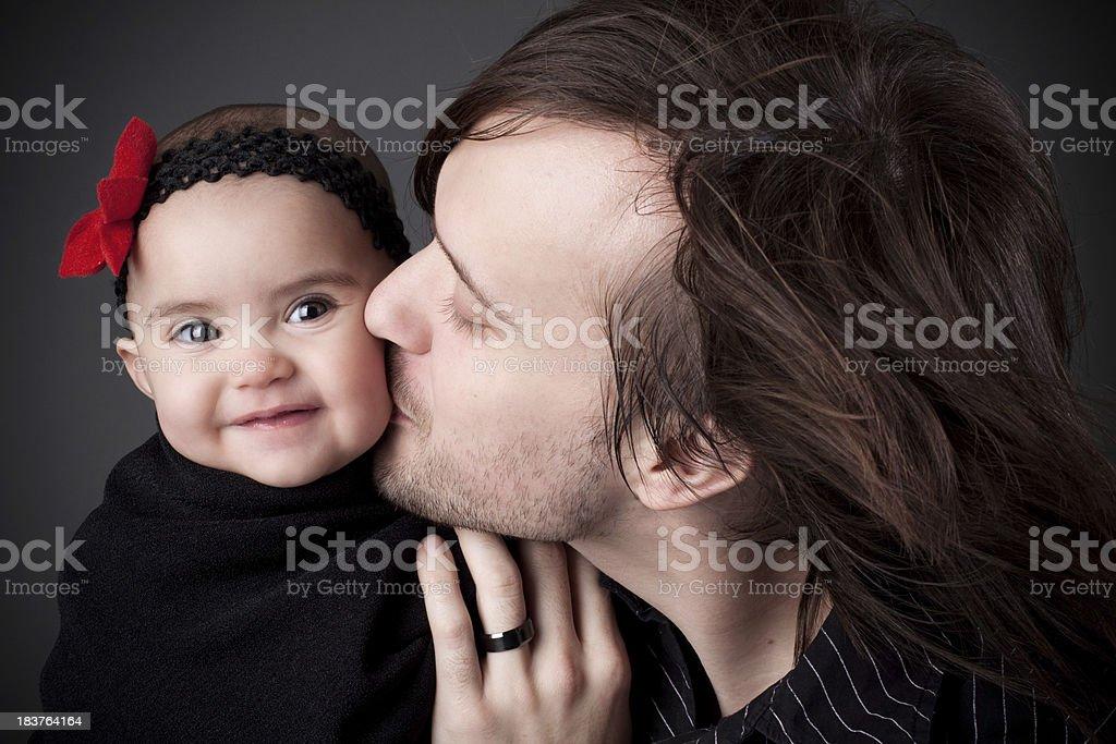Vater Holding Baby Tochter gibt ihr einen Kuss zuwerfen – Foto