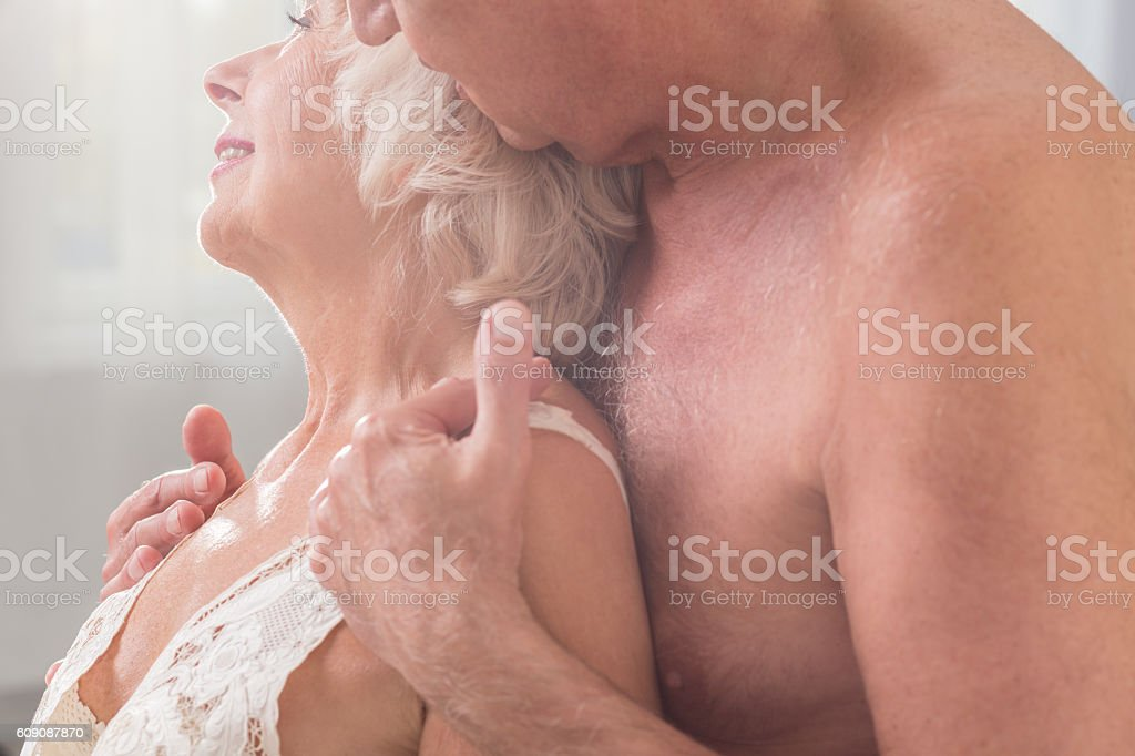 Son blackmails mommy into creamy