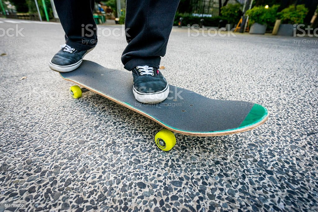 Feet of the men who ride a skateboard photo libre de droits