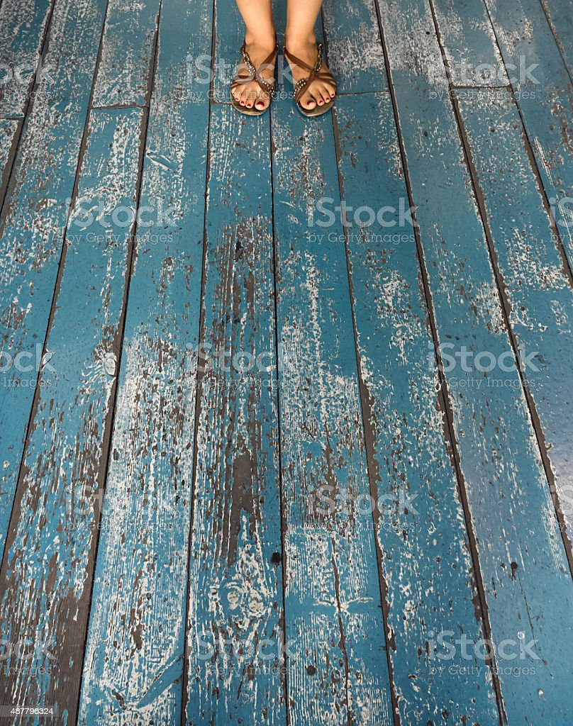 Pés em azul fundo de madeira foto royalty-free
