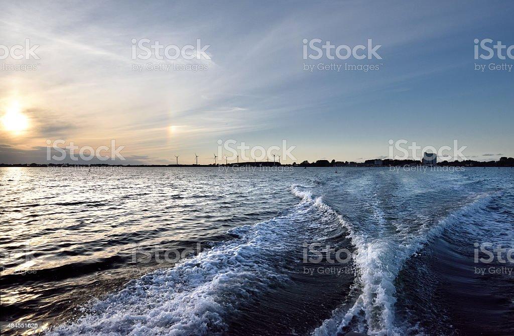 Fehmarn barco a motor de onda foto royalty-free
