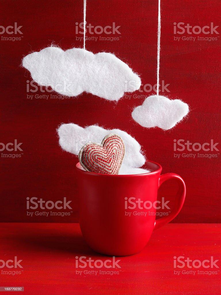 Senti coração vermelho em uma caneca com nuvens. foto royalty-free