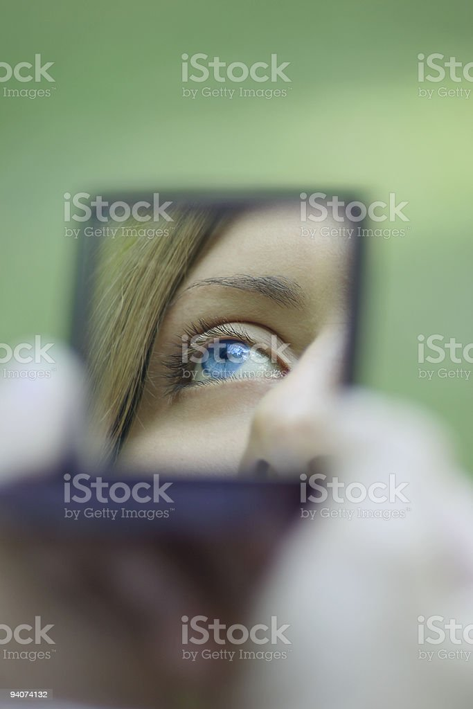 Kobieta eye odzwierciedlenie w kieszeni Lustro zbiór zdjęć royalty-free