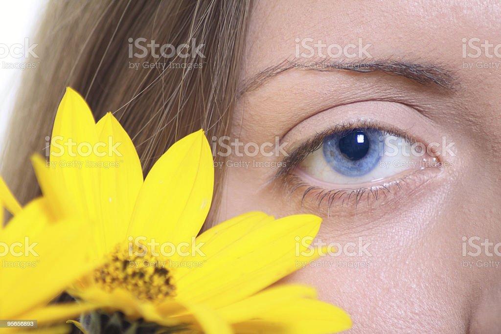Kobieta oko z żółty kwiat zbiór zdjęć royalty-free