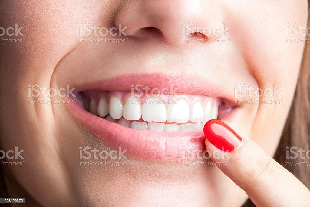 Femelle Main pointant sur les dents photo libre de droits